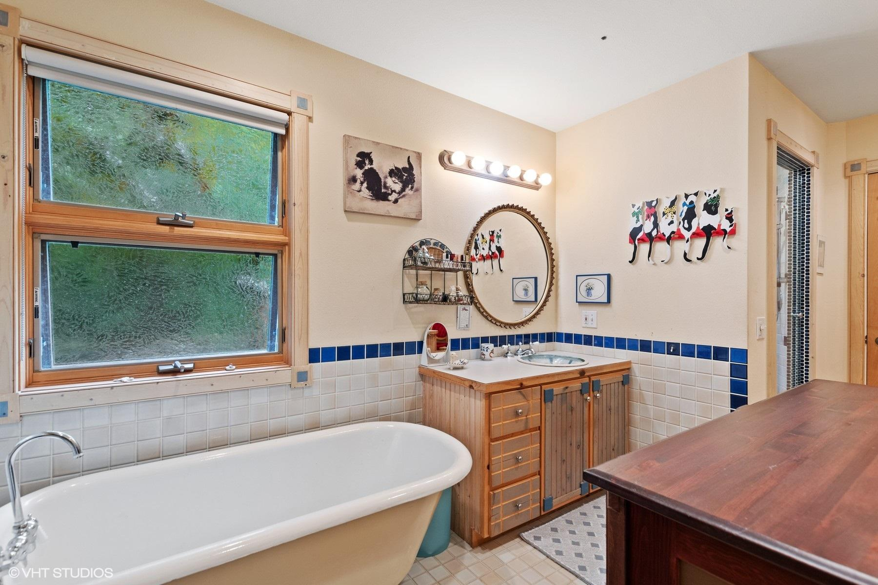 Clawfoot tub and
