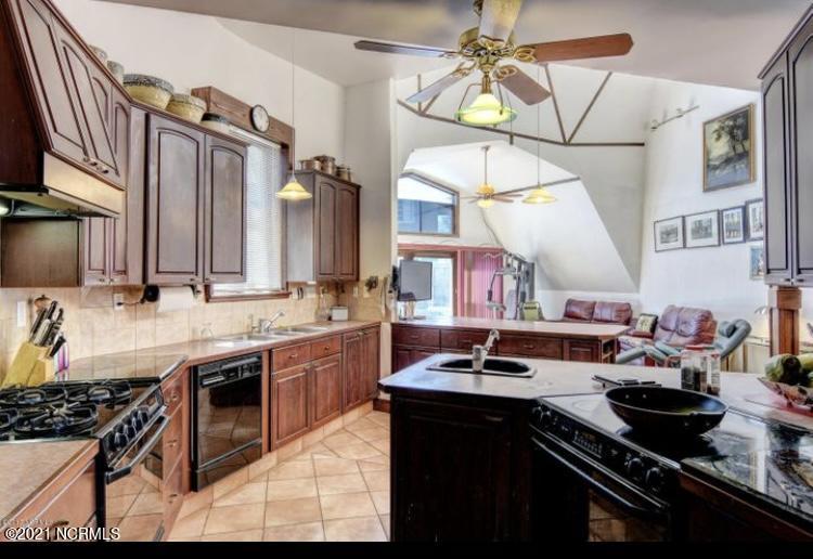 601 Clarendon Avenue, Carolina Beach, North Carolina 28428, 4 Bedrooms Bedrooms, 8 Rooms Rooms,4 BathroomsBathrooms,Single family residence,For sale,Clarendon,100264871