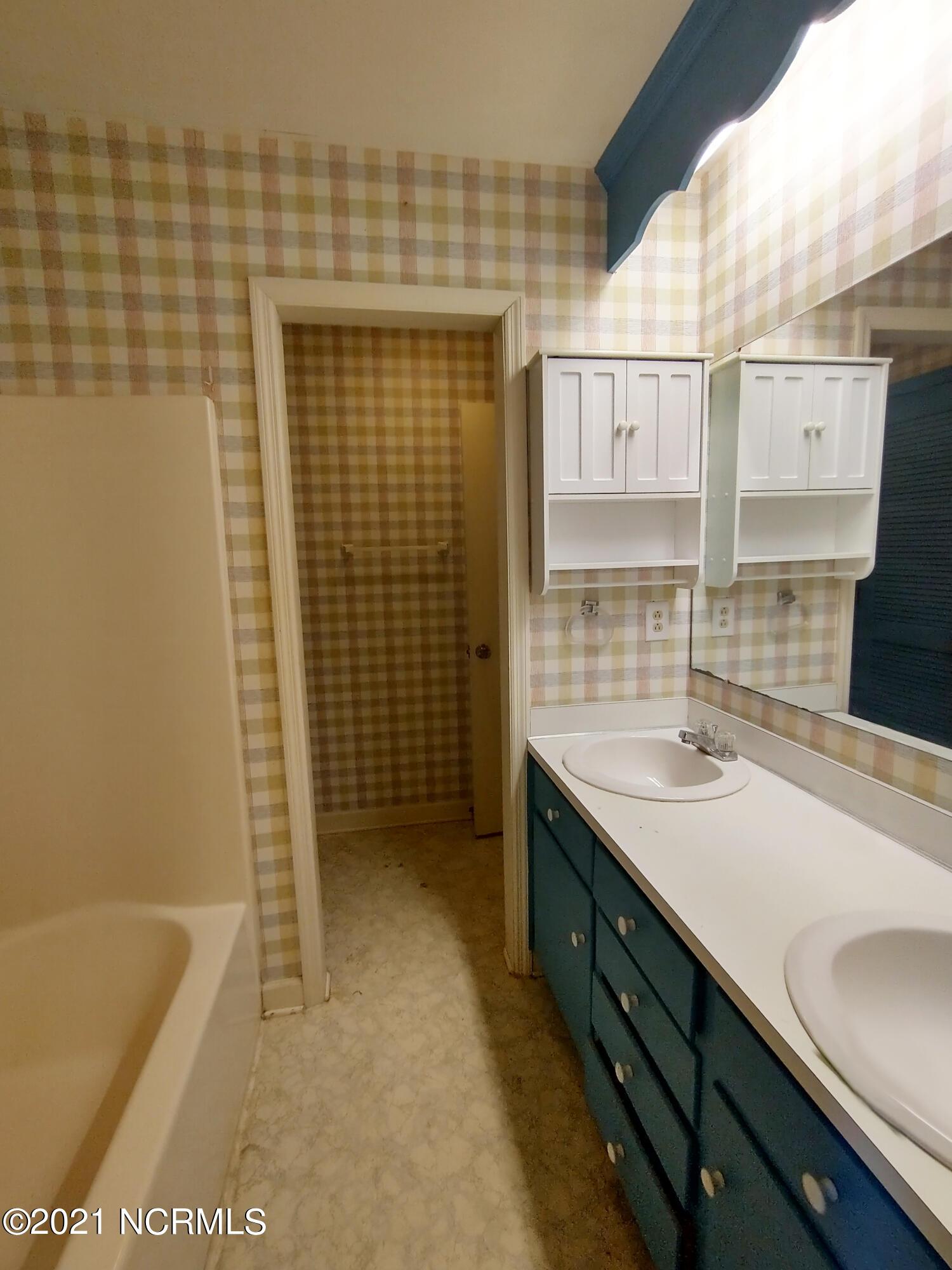 207 Rollingwood Road, Roanoke Rapids, North Carolina 27870, 3 Bedrooms Bedrooms, 6 Rooms Rooms,2 BathroomsBathrooms,Single family residence,For sale,Rollingwood,100275520
