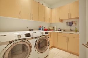 Laundry w/storage