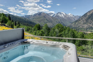 7 Hot Tub Overlooking Enchantment Peaks