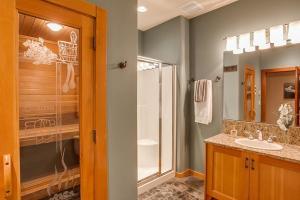 Downstairs bathroom w sauna