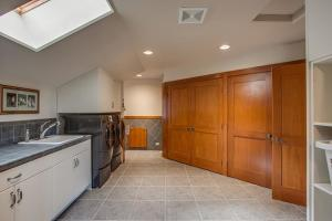 Expansive laundry room