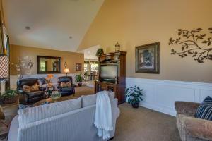 27 Living Room DSC_0215Blended
