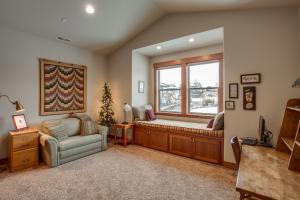 BEDROOM WITH WINDOW SEAT