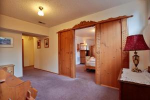 926 Commercial St Leavenworth-large-038-
