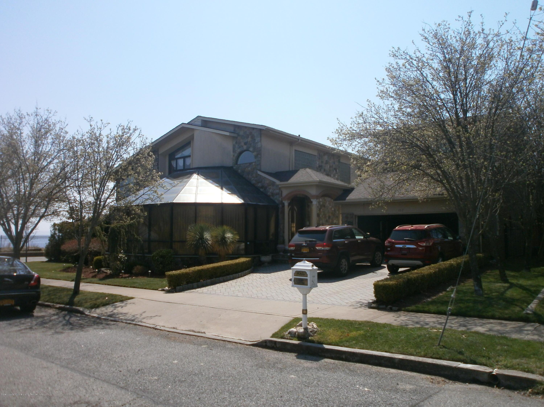 Single Family - Detached in S.E. Annadale - 132 Bennett Pl   Staten Island, NY 10312