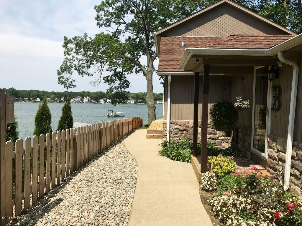 1749 Crooked Lake Drive, Kalamazoo, Michigan 49009, 3 Bedrooms Bedrooms, ,2 BathroomsBathrooms,Residential,For Sale,Crooked Lake,18052603