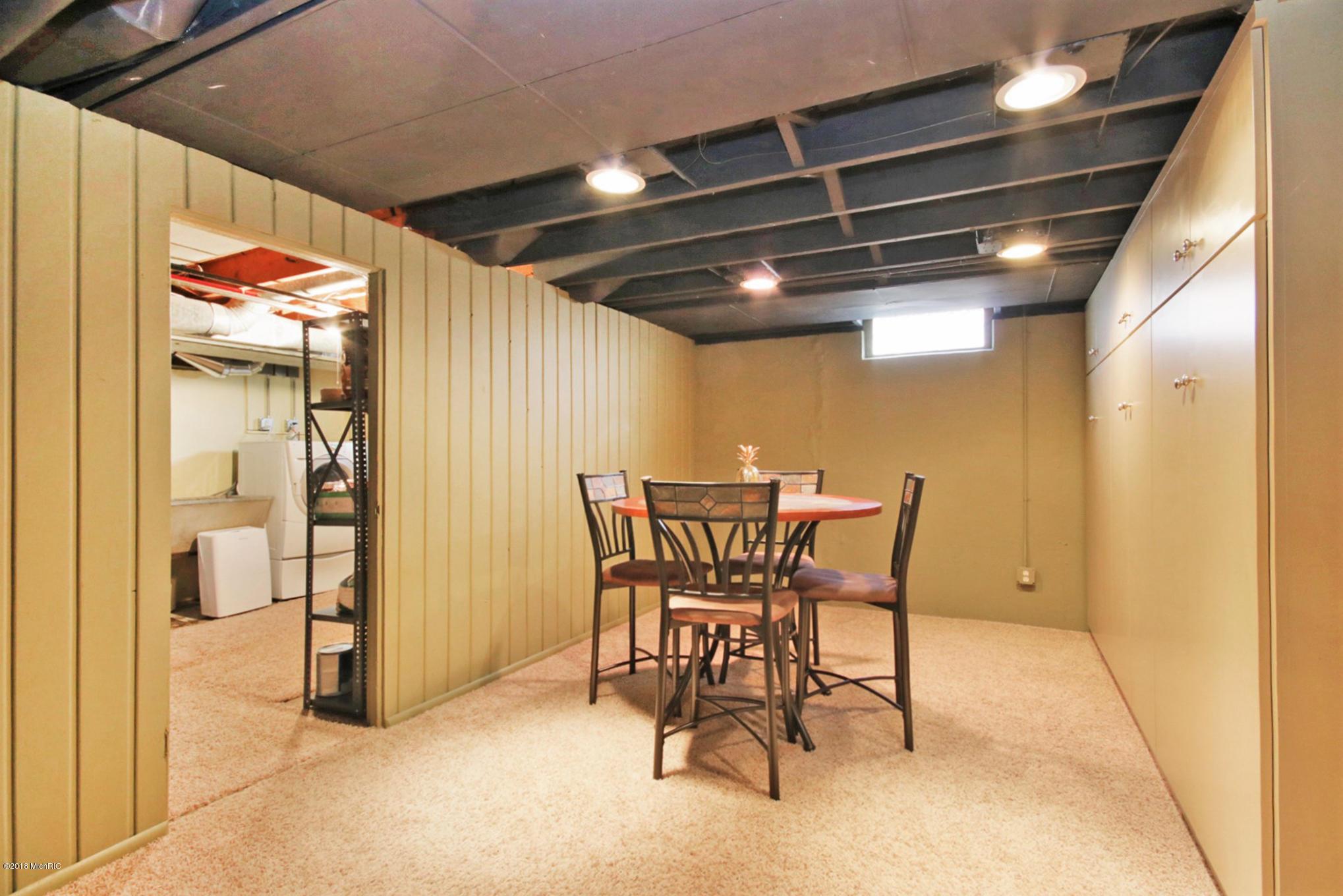 2811 Oakwood Drive, East Grand Rapids, Michigan 49506, 4 Bedrooms Bedrooms, ,3 BathroomsBathrooms,Residential,For Sale,Oakwood,18057373