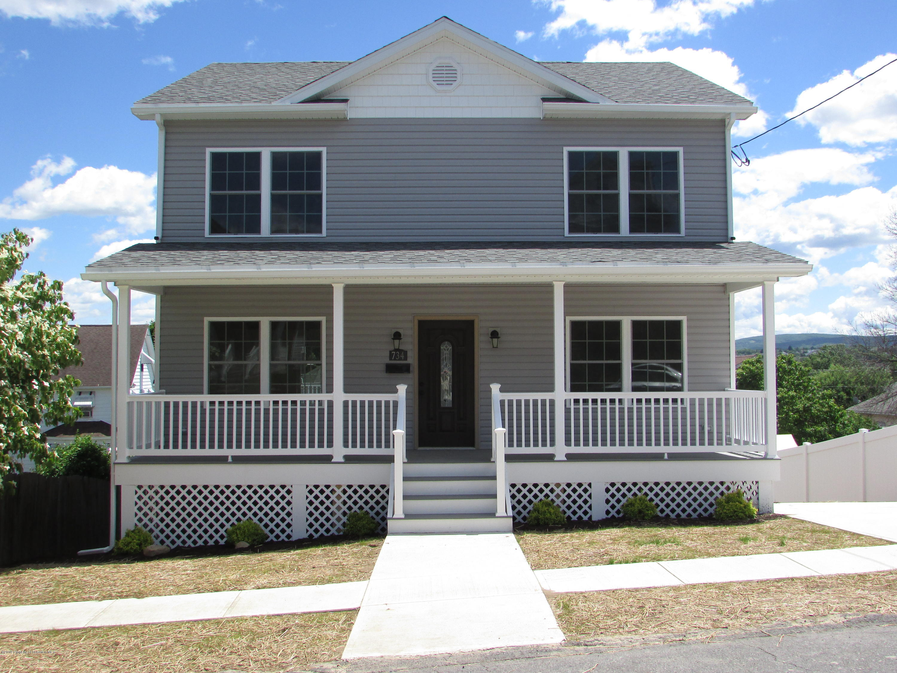 Single Family For Sale - 7 Rooms - 4 Bedrooms - 3 Bathrooms