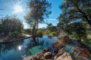 Casa Unifamiliar por un Venta en 24100 Mystic Lane Bella Vista, California 96008 Estados Unidos