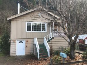 Casa Unifamiliar por un Venta en 672 1ST Street Dunsmuir, California 96025 Estados Unidos