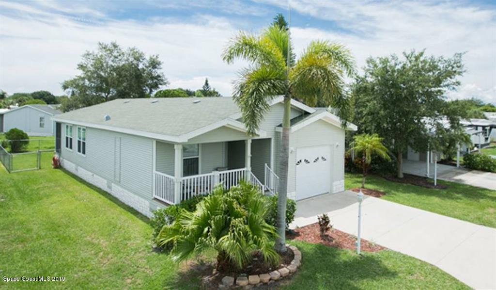 Single Family Homes pour l Vente à 732 Lark Barefoot Bay, Floride 32976 États-Unis