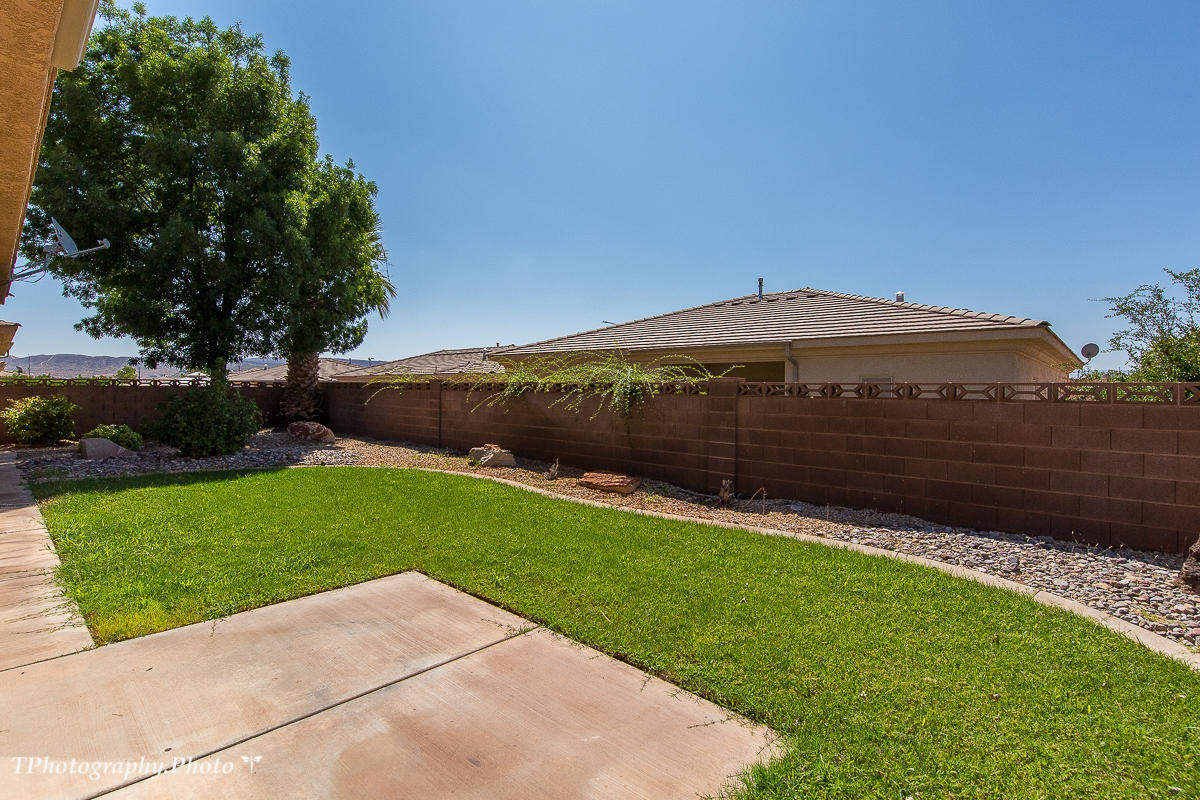 Gorgeous home located in Slick Rock Ridge. Close to hospital, schools and shopping. Home has recently been updated with new carpet,paint, appliances, fixtures and hardware. High flat ceilings throughout home. Beautiful mature landscaping with enclosed backyard. Vacant and ready to move into. Priced to sell!