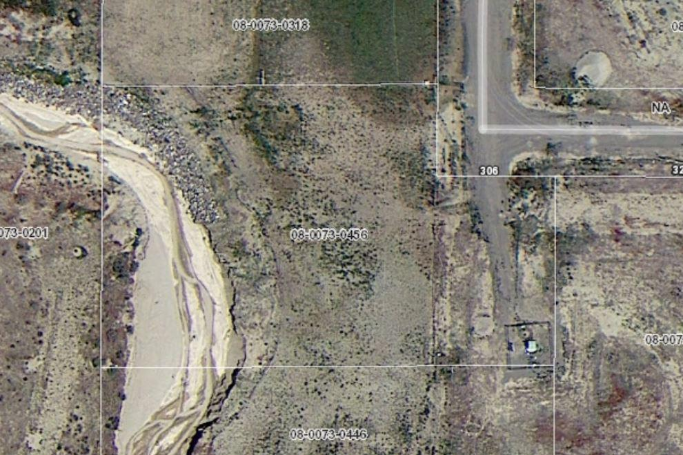 Ready to build lot. All utilities at property. Sewer connection now available!Great views of Bryce Canyon, animal rights. Water, phone & electricity to property line. Great area to raise a family, have a second home or retire.