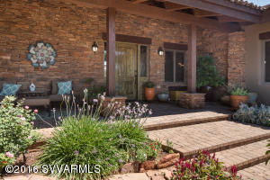 GORGEOUS LANDSCAPED COURTYARD ENTRY