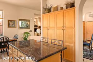 KITCHEN ISLAND & BREAKFAST BAR