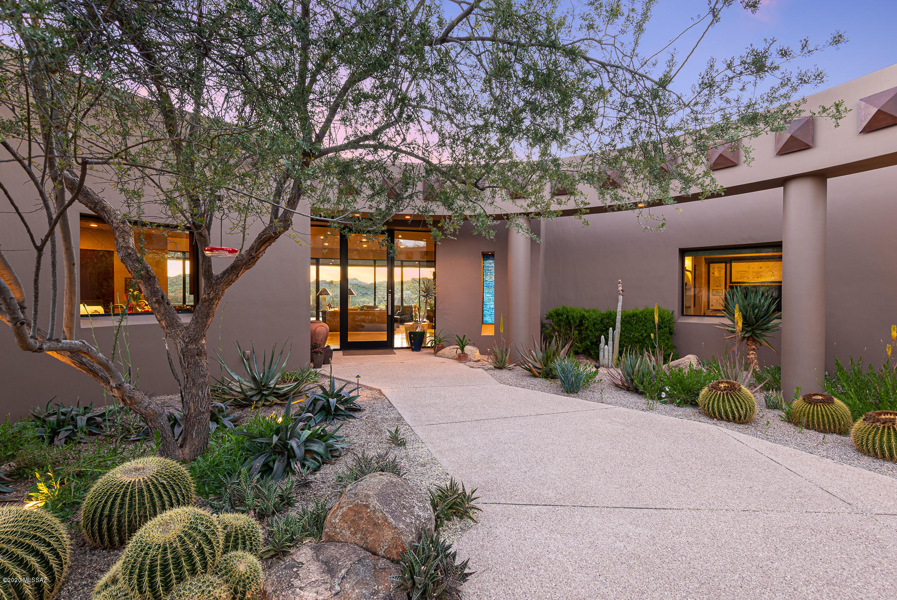 Photo of 525 E Crescent Moon Drive, Oro Valley, AZ 85755