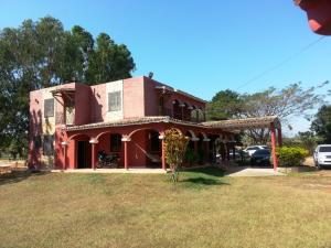 Casa En Venta En Valencia, Safari Country Club, Venezuela, VE RAH: 14-1262