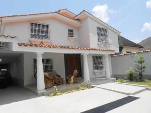 Casa En Venta En Maracay, El Castaño (Zona Privada), Venezuela, VE RAH: 14-4174