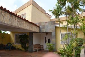 Townhouse En Venta En Maracaibo, Los Olivos, Venezuela, VE RAH: 14-5572