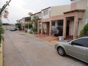 Townhouse En Venta En Maracaibo, Lago Mar Beach, Venezuela, VE RAH: 14-11445