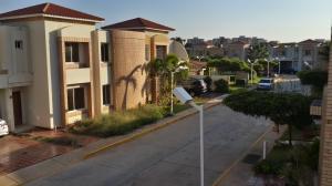 Townhouse En Venta En Maracaibo, Avenida Milagro Norte, Venezuela, VE RAH: 14-13154
