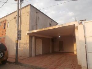 Townhouse En Venta En Ciudad Ojeda, Avenida Bolivar, Venezuela, VE RAH: 15-2136