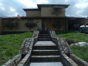 Casa En Venta En Maracay, El Castaño (Zona Privada), Venezuela, VE RAH: 15-8174
