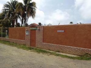 Local Comercial En Venta En Tucacas, Tucacas, Venezuela, VE RAH: 15-9234