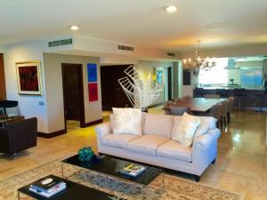 Apartamento En Venta En Maracaibo, Avenida El Milagro, Venezuela, VE RAH: 15-14361