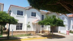 Townhouse En Venta En Maracaibo, Monte Claro, Venezuela, VE RAH: 15-16032