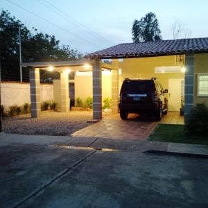 Townhouse En Venta En Santa Rita, Via Principal, Venezuela, VE RAH: 15-15173