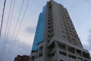 Apartamento En Venta En Maracaibo, Avenida El Milagro, Venezuela, VE RAH: 15-15355