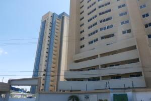 Apartamento En Venta En Maracaibo, Avenida El Milagro, Venezuela, VE RAH: 15-15559