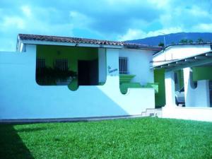 Casa En Venta En Maracay, El Castaño (Zona Privada), Venezuela, VE RAH: 15-15634