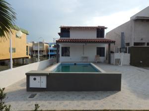 Casa En Venta En Lecheria, Complejo Turistico El Morro, Venezuela, VE RAH: 16-121