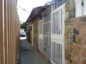 Casa En Venta En Maracay, Las Acacias, Venezuela, VE RAH: 16-835