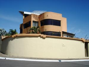 Casa En Venta En Valencia, Valles De Camoruco, Venezuela, VE RAH: 16-1018