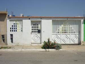 Casa En Venta En Municipio Los Guayos, Paraparal, Venezuela, VE RAH: 16-1371