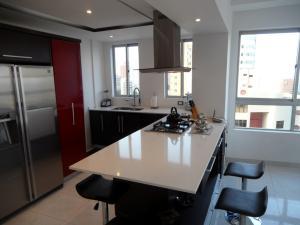 Apartamento En Venta En Maracaibo, Avenida El Milagro, Venezuela, VE RAH: 16-2040
