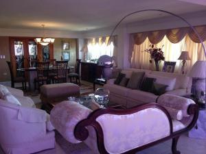 Apartamento En Venta En Maracaibo, Avenida El Milagro, Venezuela, VE RAH: 16-2722