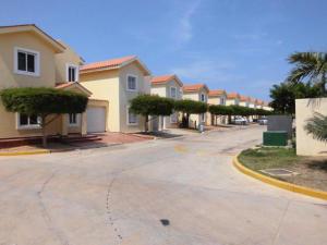 Townhouse En Venta En Maracaibo, Avenida Milagro Norte, Venezuela, VE RAH: 16-3285