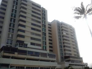 Apartamento En Venta En Catia La Mar, Playa Grande, Venezuela, VE RAH: 16-3573