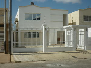 Townhouse En Venta En Punto Fijo, Puerta Maraven, Venezuela, VE RAH: 16-4131