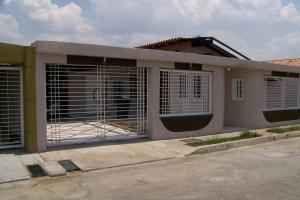 Casa En Venta En Turmero, Parque Residencial Don Juan, Venezuela, VE RAH: 16-4621