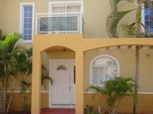 Townhouse En Venta En Margarita, El Morro, Venezuela, VE RAH: 16-5283