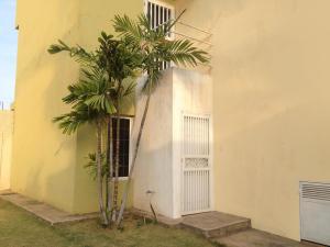 Townhouse En Venta En Maracaibo, Avenida Goajira, Venezuela, VE RAH: 16-5733