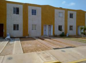 Townhouse En Venta En Municipio San Francisco, Via Principal, Venezuela, VE RAH: 16-5734