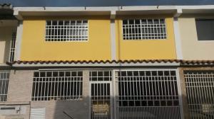 Casa En Venta En Guatire, Country Club Buena Ventura, Venezuela, VE RAH: 16-6104